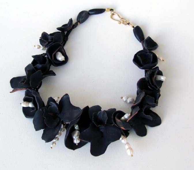 Black ireses necklace